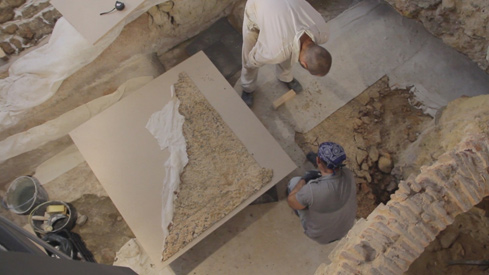 Removing the mosaic.<br>Image kindly provided by ERA Arqueologia.